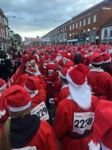 3000 santa's lined up in Marlow ready for the fun run